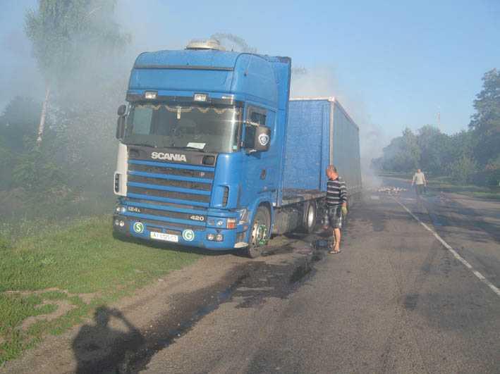 На брянской дороге сгорел грузовик с бумагой