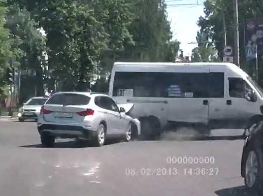 Появилось видео столкновения в Брянске маршрутки №42 и «БМВ»