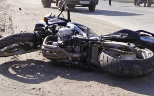 В Брянске мотоциклист столкнулся с двумя легковушками