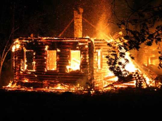 В брянском селе сгорел дом – пострадал человек