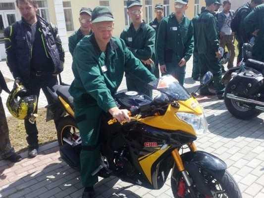 В Брянске «Ночные волки» показали мотоциклы юным заключенным