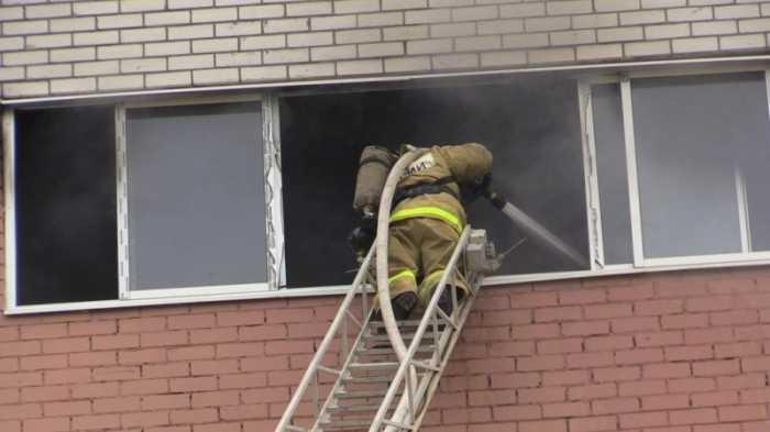 Брянские пожарные спасли человека из горящей квартиры