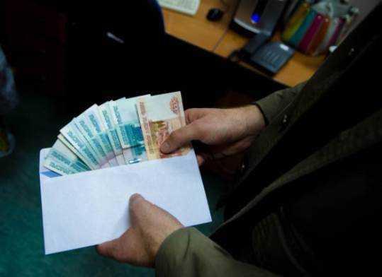Бывшего следователя брянского УМВД будут судить за крупную взятку