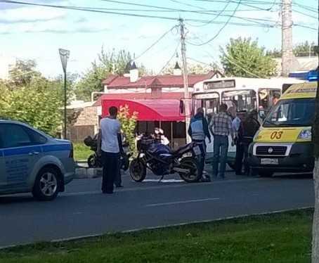 В Брянске около «Мельницы» упали мотоциклист и девушка