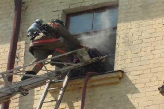 В брянской многоэтажке из горящей квартиры спасли человека