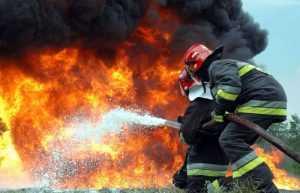 В брянской деревне сгорело подворье, хозяина успели спасти