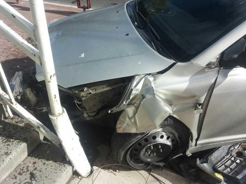 Брянский водитель снес забор и почти влетел в винный магазин
