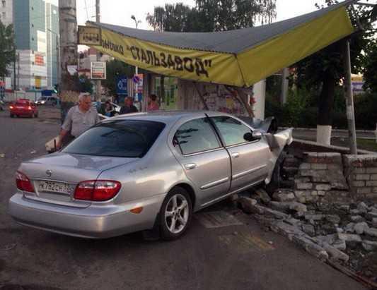 В Брянске около стальзавода иномарка снесла остановку