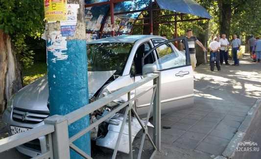 В Брянске автомобиль «Сузуки» вылетел на остановку