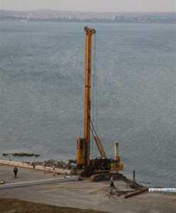 Строители забили первую сваю моста через Керченский пролив