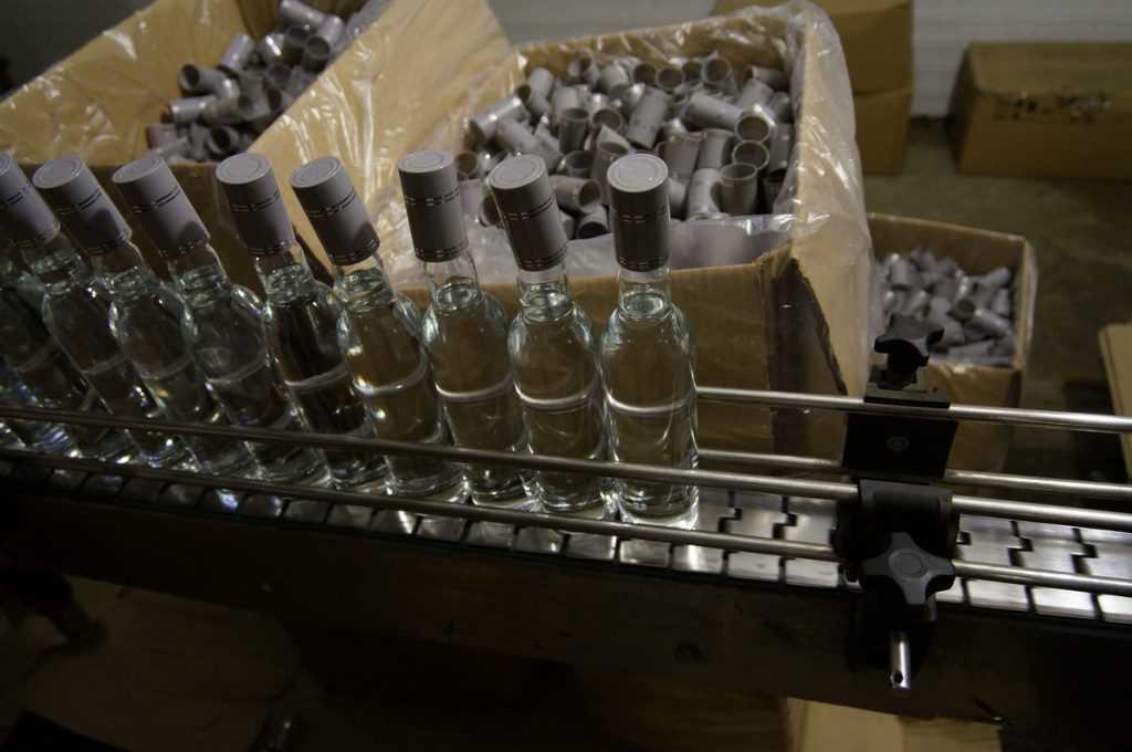 Брянский ОМОН задержал 30 человек на складе поддельного алкоголя