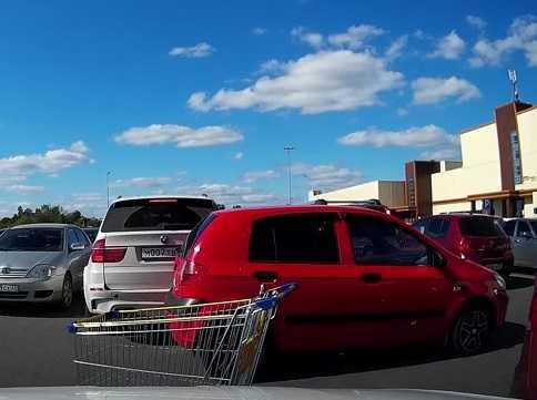 Брянские автомобилистки ухитрились устроить ДТП около гипермаркета