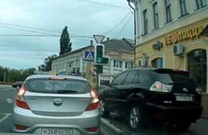 В Брянске «Лексус» с унылым номером объехал колонну по тротуару: видео