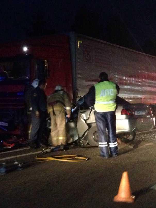 У брянского поселка Добрунь легковушка залетела под фуру – водитель погиб