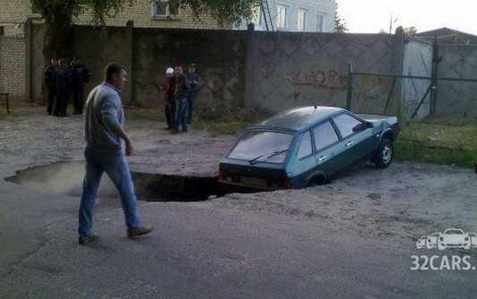 В Брянске легковушка провалилась в огромную яму