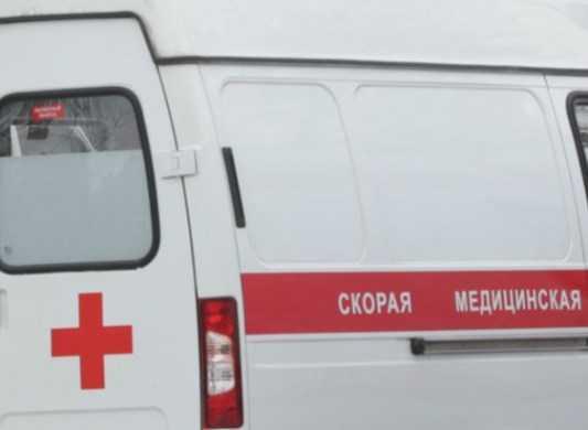 Иномарка сбила женщину и парня на остановке в Брянске
