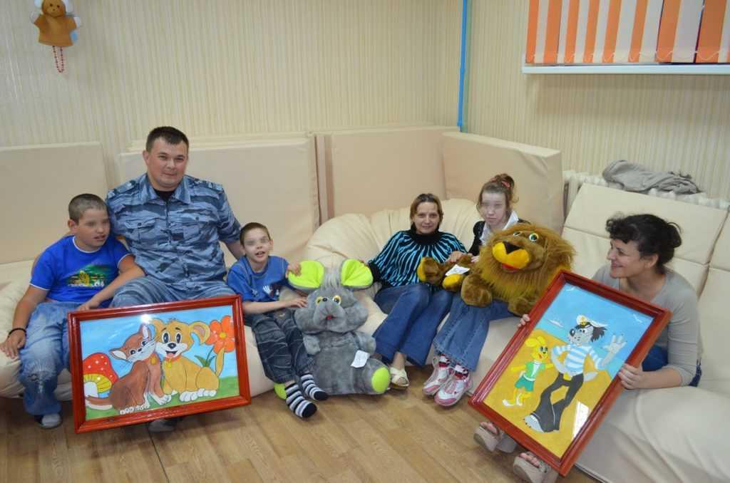Брянские зеки подарили детям-инвалидам картины и игрушки