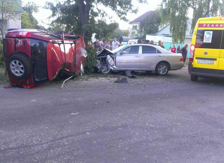 В Брянске после столкновения перевернулась иномарка