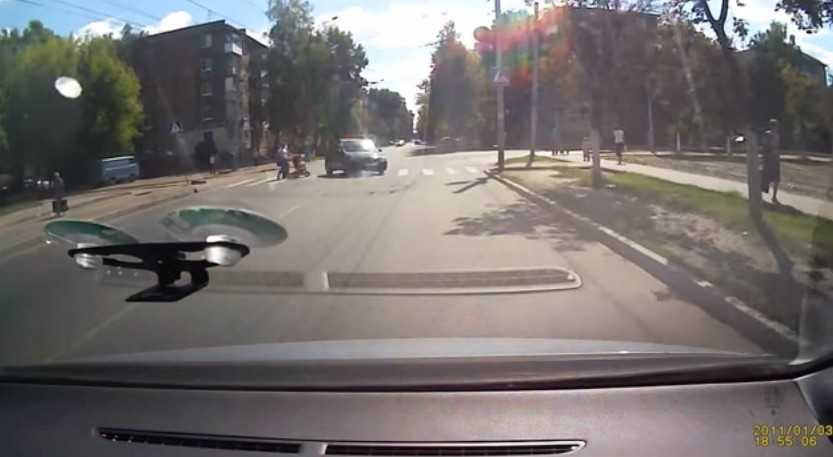 Опасный маневр на «зебре» брянского таксиста сняла камера