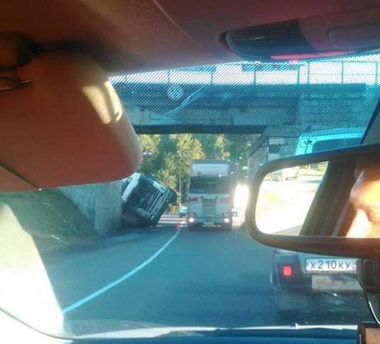 Под мостом на дороге Брянск – Орел перевернулась фура