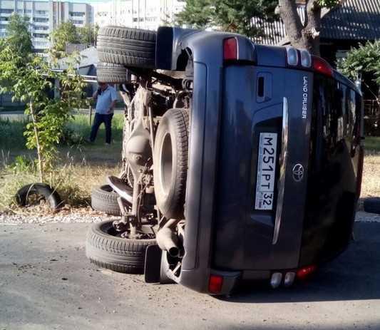 В Брянске на улице Куйбышева перевернулся еще один автомобиль