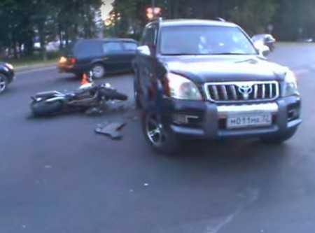 В Брянске при столкновении с «Тойотой» сильно покалечился мотоциклист