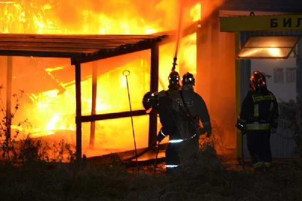 В Брянске сгорел торговый павильон