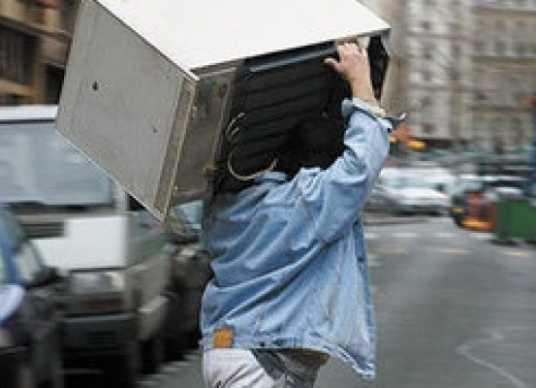Полиция поймала брянца, утащившего холодильник из общежития