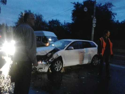 В Брянске около «Башни» заснувший москвич протаранил «Мицубиси»