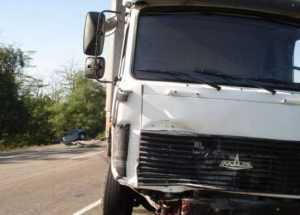 В Брянске скутерист и его пассажирка разбились, врезавшись грузовик