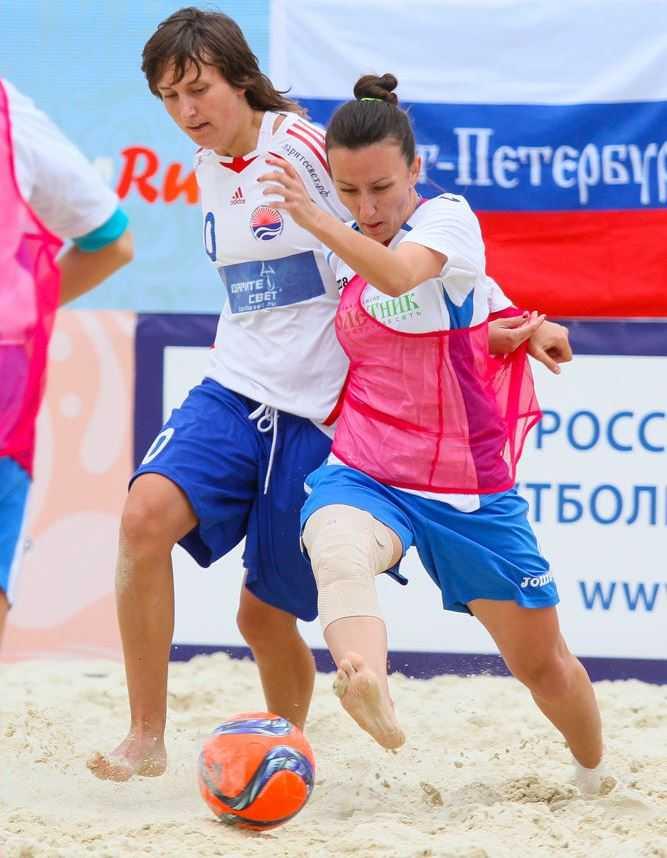 Брянские девчата сыграли в пляжный футбол
