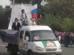 Брянск поздравили царь Пётр, почтальон Печкин и боксёр Валуев