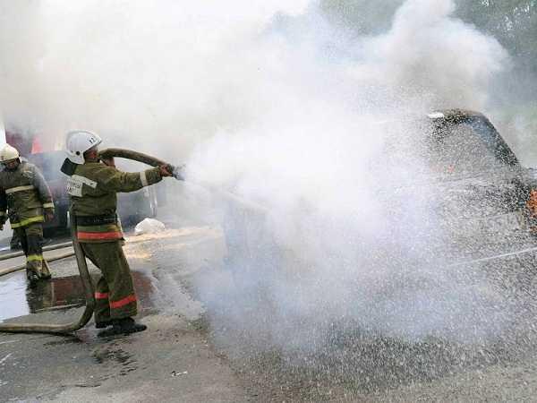 Под Брянском на дороге загорелся автомобиль