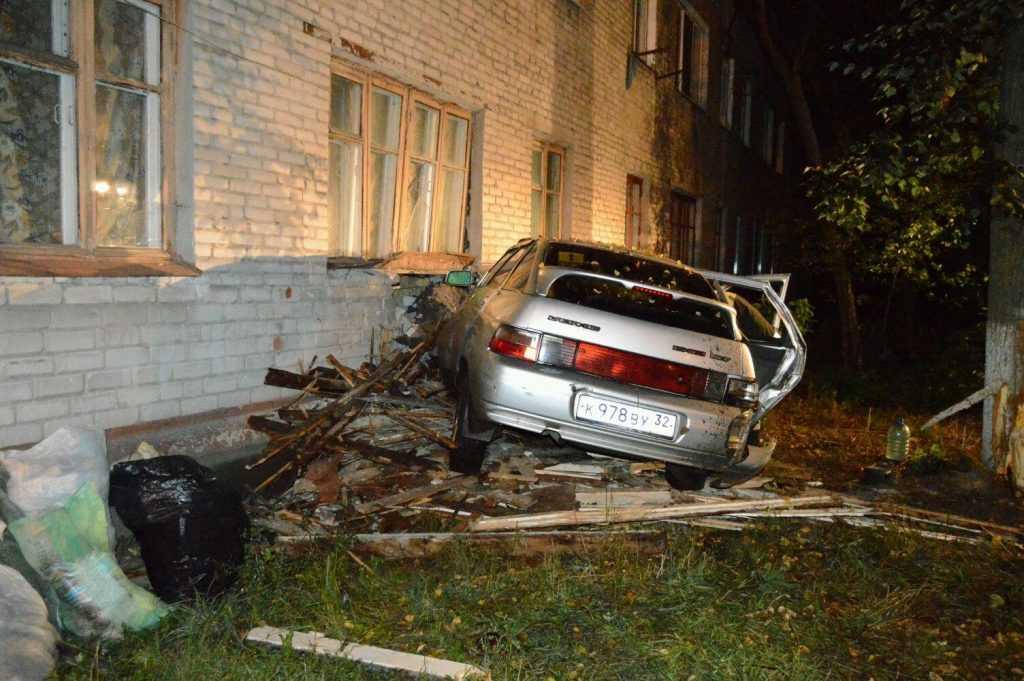 В жилой дом  врезался начинающий брянский водитель
