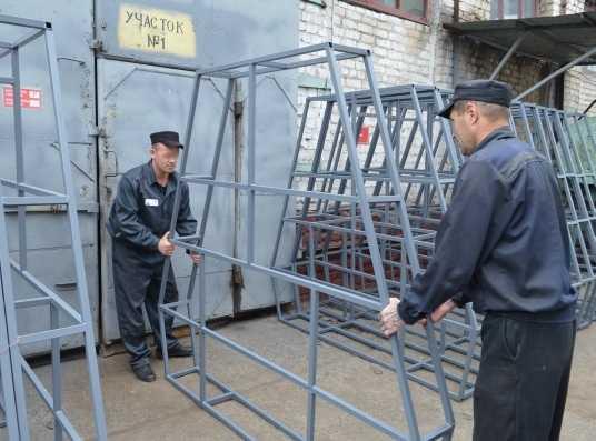 Брянские зеки создают барьеры безопасности