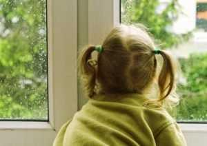Дело о гибели выпавшей из окна брянской девочки стало уголовным