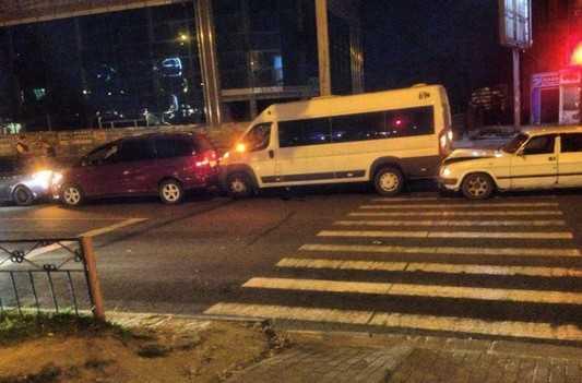 В Брянске около «Августина» столкнулись маршрутка и три автомобиля