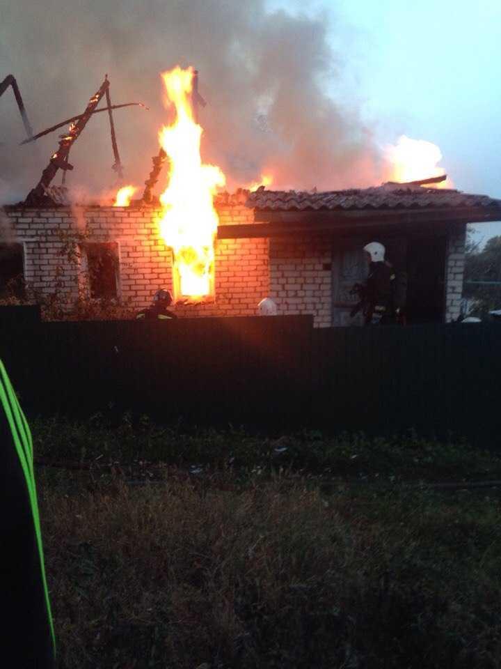 В Брянске 34 пожарных спасли от огня часть дома