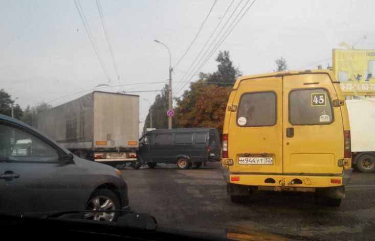 В Брянске после ДТП фура на время парализовала движение