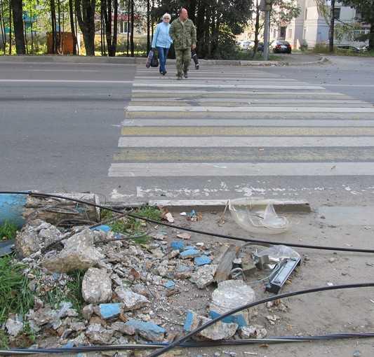 В Брянске на «зебру» рухнул сбитый джипом светофор