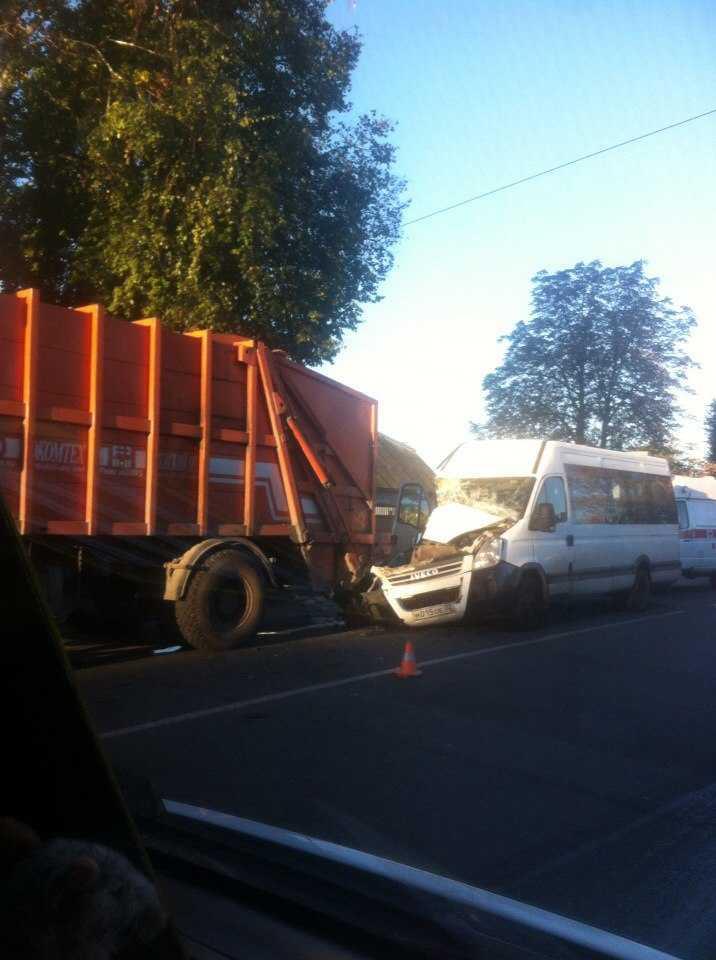 В Брянске маршрутка с пассажирами врезалась в грузовик — погиб водитель
