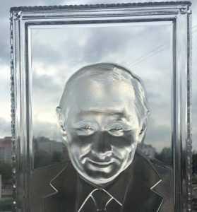 Дятьковцы сделали Путина хрустальным