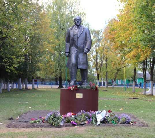 Возле брянской школы установили памятник Ленину