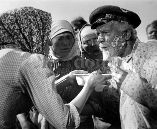 Щукари майдана заставили украинцев пить воду с червями