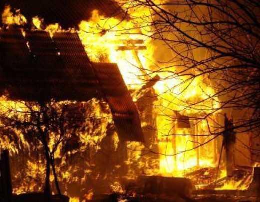 В брянском селе спасли хозяина горевшего дома