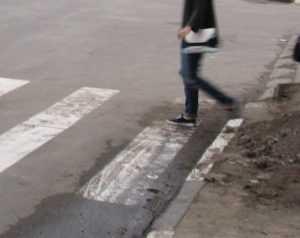 Водитель Nissan задавил женщину на переходе в Брянске