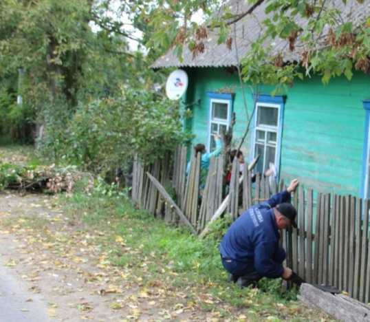 Брянские пожарные помогли с забором ветерану войны