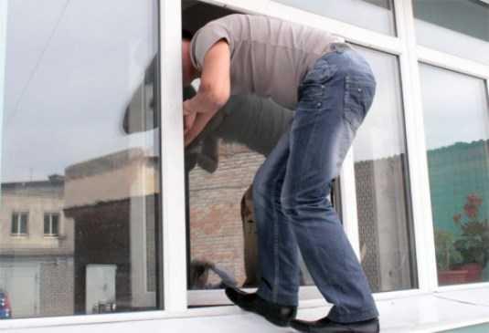 В Брянске грабитель пытался удрать от полиции через окно 3 этажа