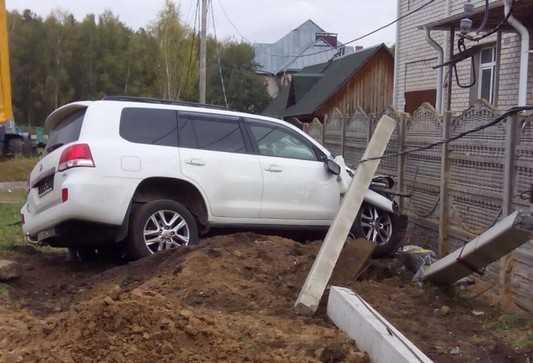 Под Брянском внедорожник сломал столб и нарушил энергоснабжение