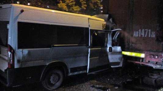 В Брянске водитель маршрутки уснул и врезался в грузовик